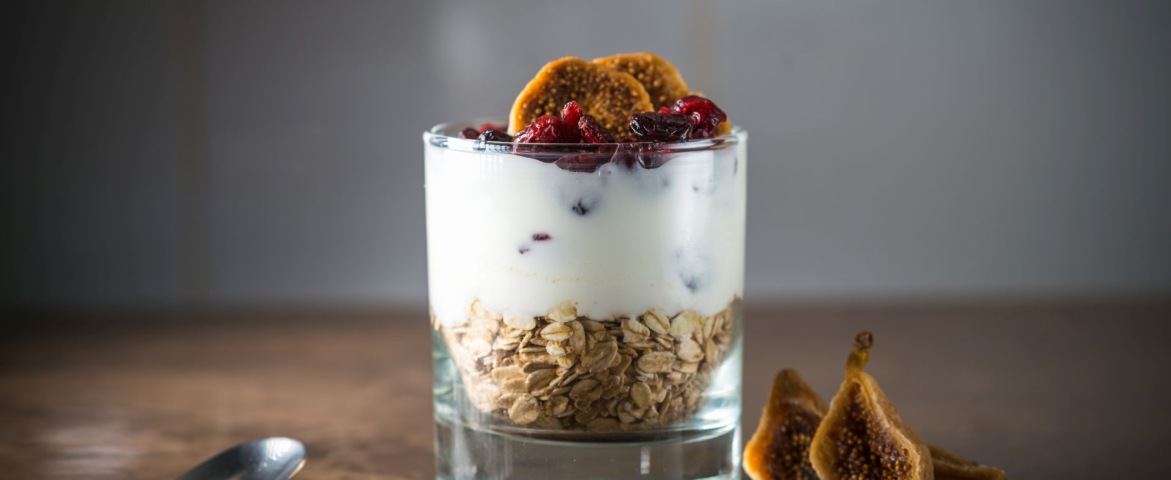 Ovaz cu iaurt si fructe uscate