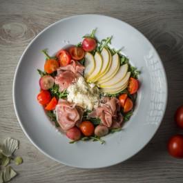 Salata cu prosciutto, gorgonzola, pere, rosii cherry si boabe de struguri